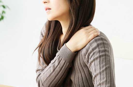 肩こり症状のある女性
