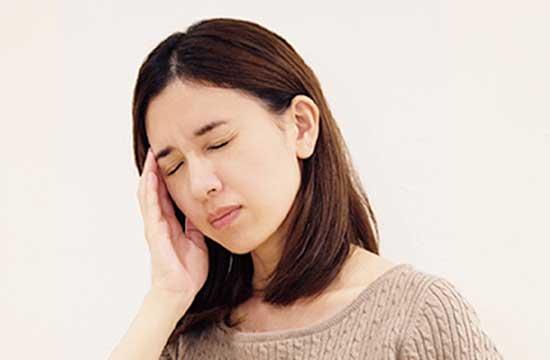 頭痛症状のある女性