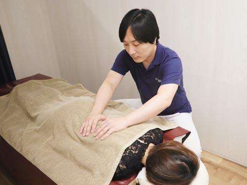 背骨のゆがみを調整する施術中