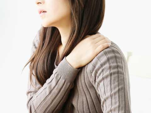 肩コリで悩む女性