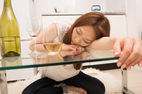 お酒を飲んで寝る女性